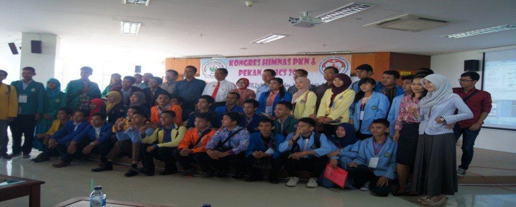 Wakil UAD berfoto bersama peserta Kongres HIMNAS PPKn Se-Indonesia di Medan