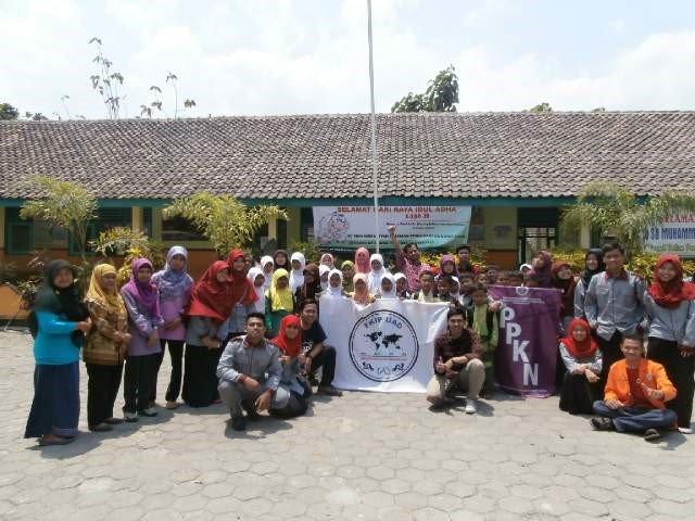 Pengurus HMPS PPKn UAD berfoto bersama guru dan siswa SD Muhammadiyah Siraman selepas pelaksanaan Idul Qurban 1436 H