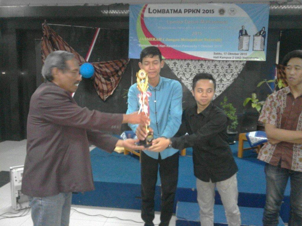 Ahmad Ngarif dan Yasir Marzuki menerima trophy dan uang pembinaan sebagai Juara Debat Mahasiswa Prodi PPKn 2015